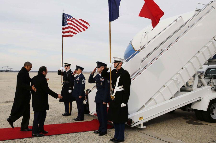 Le président américain et François Hollande montent à bord d'Air Force One. Les deux leaders politiques se rendent à Monticello, le domaine de Thomas Jefferson, près de Charlottesville, en Virginie.