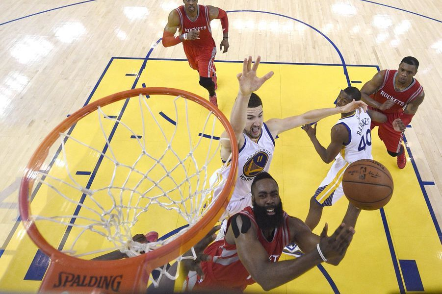 Une action de James Harden (Rockets de Houston), face à la défense des Warriors de Golden State, vue du panier.