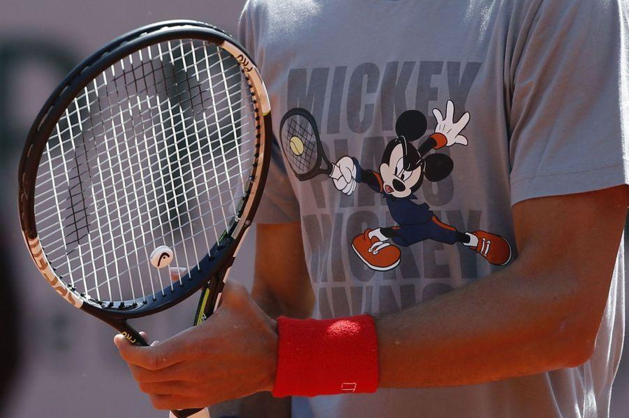 Novak Djokovic porte un t-shirt de circonstance, lors de l'un de ses entraînements à Roland-Garros.