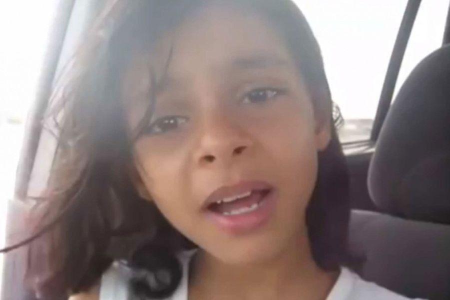 Cette jeune Yéménite de 11 ans préfère «être morte» que mariée de force et elle l'a fait savoir en postant une vidéo sur You Tube qui a vite fait le buzz sur la Toile. Pour échapper à ce mariage, Nada Al-Ahdal a fui le foyer parental et a trouvé refuge chez son oncle. «Je n'aurais pas eu de vie, ni aucune éducation. N'ont-ils aucune compassion? Quelle sorte d'éducation ont-ils reçu?», dénonce la fillette qui a porté plainte contre sa mère. Si elle s'en est sortie, elle souhaite sensibiliser le monde sur le traitement réservé aux jeunes filles dans ce pays de la péninsule d'Arabie.