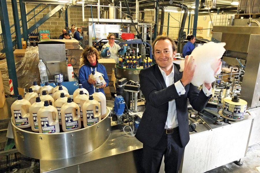 En acquérant la minuscule usine d'Hillion, près de Saint-Brieuc, et ses produits Jacques Briochin, Philippe Allio a fait le pari fou du savon noir. Une lessive haut de gamme et écologique, sa télégénie naturelle et le bouche-à-oreille font fureur en grande distribution. Aujourd'hui, il se lance à la conquête de l'Asie.
