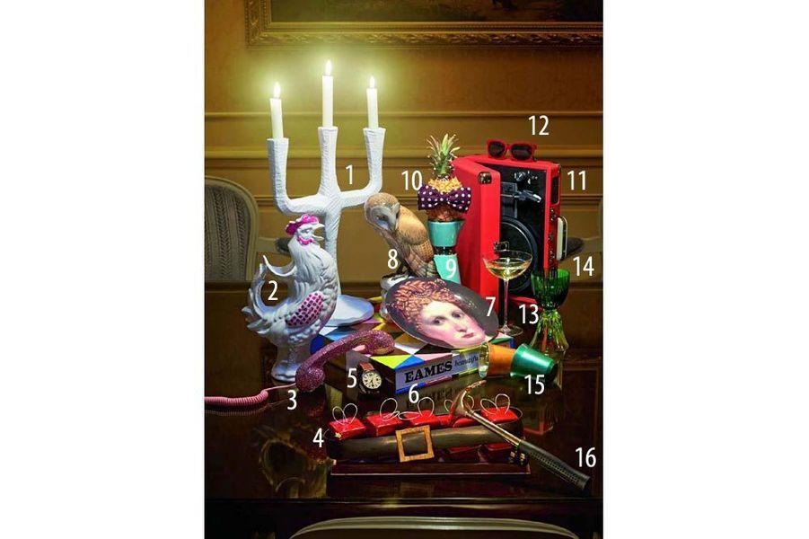 Chandelier « Raw », design Jens Fager pour Muuto, en bois peint, Silvera, 99 €, bougies, Point à la ligne. 2. Pichet coq en céramique, Fleux, 150 €. 3. Combiné téléphonique en strass Swarovski, Moshi Moshi, The Conran Shop, 259 €. 4. Bûche-cadeau en chocolat et biscuit, du chef pâtissier François Perret, Shangri-La Hotel, Paris, 70 € pour 5 personnes ou 14 € pièce. 5. Montre « Cityline » en acier et bracelet en cuir point sellier, Pierre Lannier, 99 €. 6. Livre « Eames : Beautiful Details », de Demetrios Eames et Steve Crist, Ed. Ammo Books, The Conran Shop, 169 €. 7. Assiette à dessert en mélamine, The National Gallery par Whitbread Wilkinson, 31 € le cofret de 4 portraits. 8. Hibou « Barn-owl », de Theodor Kärner pour la Manufacture de Nymphenburg, peint à la main, Silvera, 2 860 €. 9. Carafe, collection « Nec », en faïence, design Alnoor pour la faïencerie Georges, Talents, 117 €. 10. Noeud papillon en soie, Paul Smith, 89 €. 11. Platine Crosley, Spootnik, 100 €. 12. Solaires en velours et acétate, Krys, 29 €. 13. Coupe à champagne Driade Kosmo au Bon Marché Rive Gauche, 25,50 €. 14. Verre « Les Endiablés » Stella, design José Lévy, Saint-Louis, 380 €. 15. Tasses à café « Pixie Lungo », en acier inoxydable, Nespresso, 23 € le coffret de 2 tasses et 2 mélangeurs. 16. Marteau-décapsuleur « Friday Afternoon », XD Design chez Made in Design, 15 €.