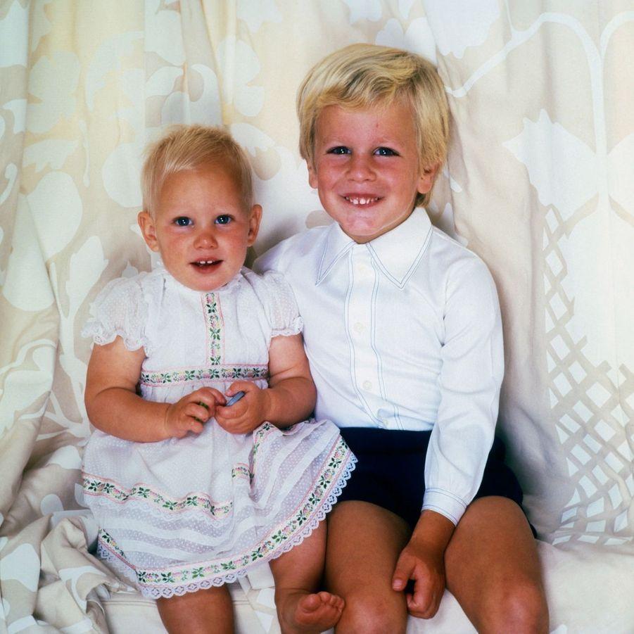 Zara Phillips, avec son frère Peter, en 1982