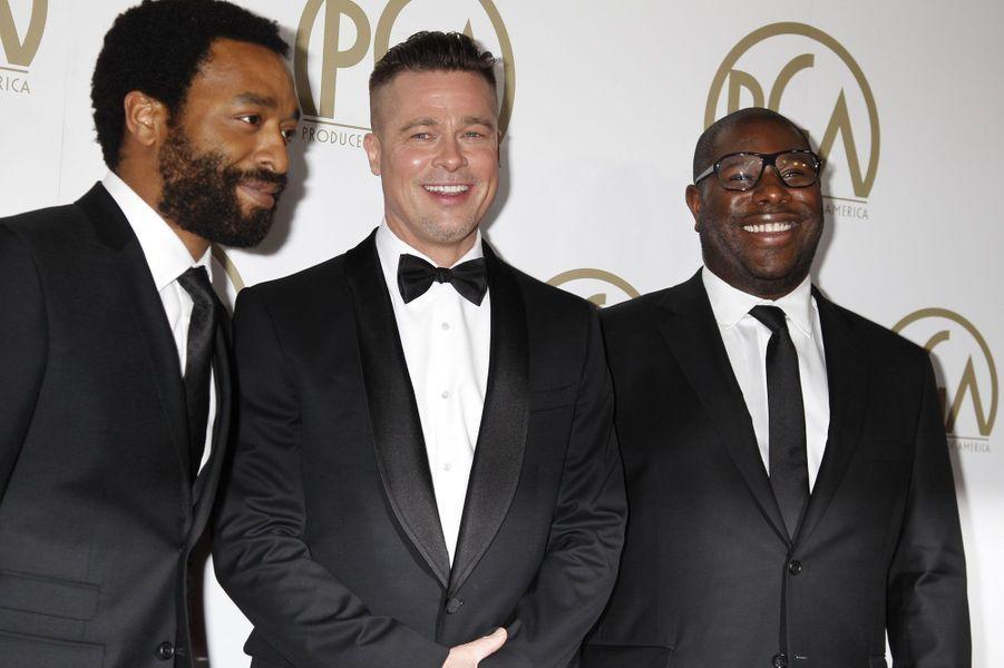 Dimanche à Beverly Hills, les Producers Guild of America Awards, les récompenses américaines décernées aux producteurs de cinéma et de télévision, ont honoré«Gravity»et«12 Years a Slave». Pour la 25e édition, tous deux ont été sacré meilleur film ex-aequo. Du côté de la télévision,«Breaking Bad» a été désignée meilleure série dramatique, et «Modern Family» meilleure comédie. Sur la photo, Brad Pitt et Steve Mc Queen, les producteurs de «12 Years a Slave» sont aux côtés de Chiwetel Ejiofor (à gauche), héros du film.