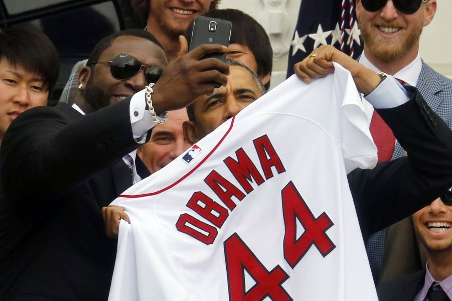 Barack Obama avec le joueur de baseball David Ortiz, en avril à Washington