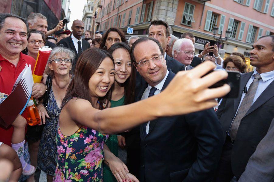 François Hollande avec des touristes chinois à Nice en septembre 2013