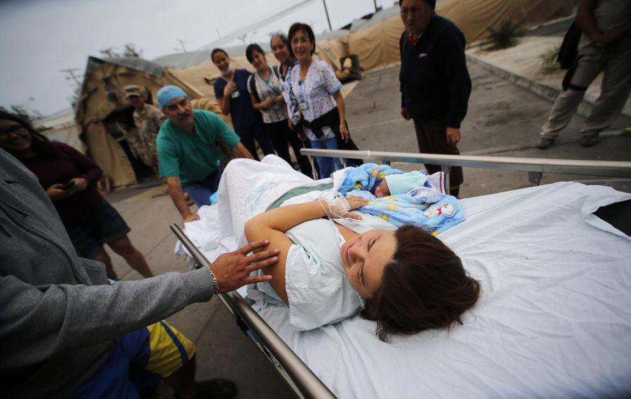 Une femme a donné naissance à son bébé dans des conditions tout aussi précaires lors du séisme d'avril 2014 au Chili.