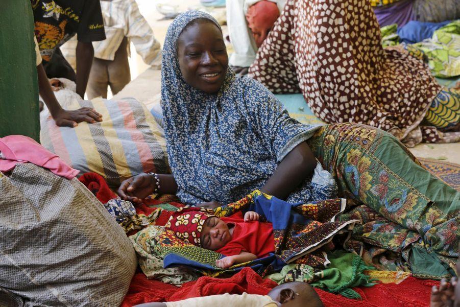 6 mai 2015. Une femme sourit enfin, alors qu'elle se remet de son accouchement chaotique, en plein pendant l'évacuation de Nigérians déplacés à cause de Boko Haram. Elle et son bébé sont désormais dans le camp de Geidam, dans l'État de Yobe.