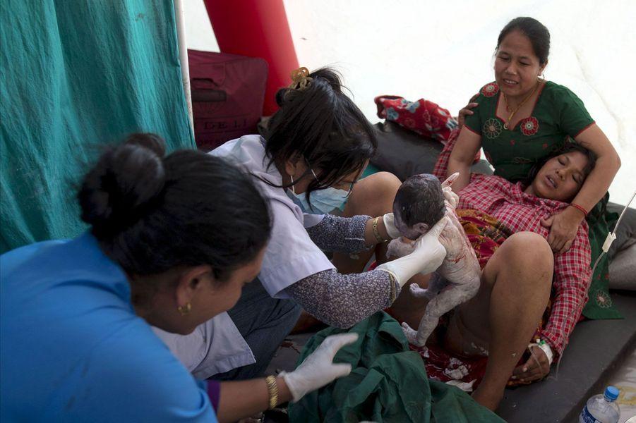 A chaque tragédie son lot de miracles. Une once de bonheur dans un déferlement de malheur. Parmi les histoires les plus émouvantes, celles des bébés nés dans ces circonstances chaotiques. Le 12 mai, alors que la terre tremblait de nouveau au Népal, Maya Tamang, 20 ans, accouchait ainsi dans un camp de sinistrés, à Bhaktapur. Le tremblement de terre du 25 avril a fait plus de 8.000 morts, et celui de mardi en a fait de nouveau au moins 117. L'occasion de revenir en images sur d'autres naissances survenues dans des circonstances incroyables, après le passage du super typhon Hayian aux Philippines en 2013, ou le séisme meurtrier de 2010 en Haïti.