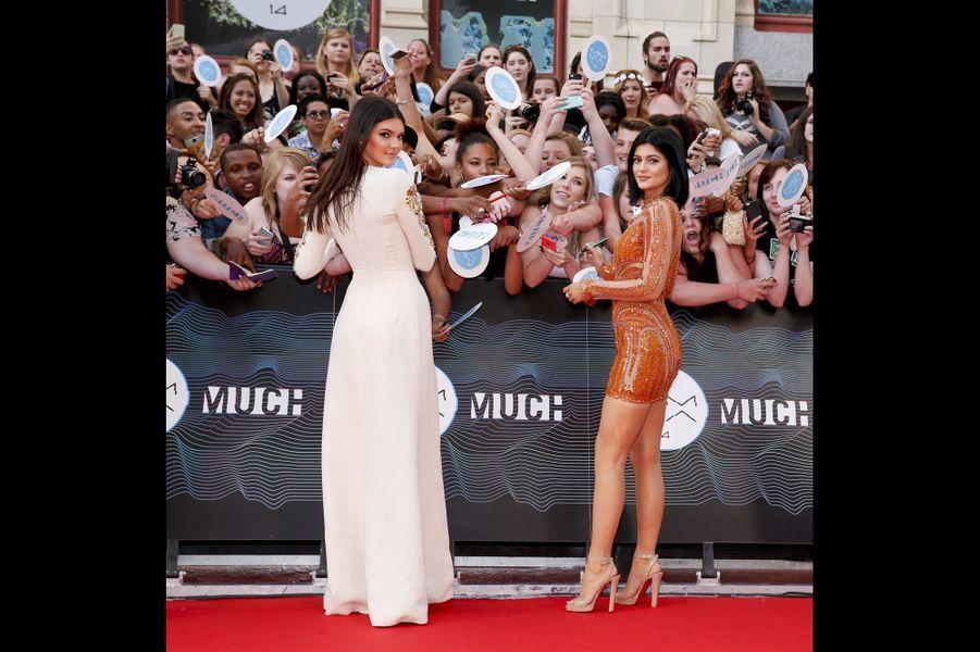 Les deux petites dernières du clan Kardashian, âgées de 18 et 17 ans, ont grandi depuis dix ans sous les caméras de l'émission de téléréalité familiale. Elles essaient depuis de se faire un prénom -la première en étantun des mannequins les plus demandés des semaines de la mode, l'autre en égrainant son style grunge sur les réseaux sociaux et dans les magazines de mode.