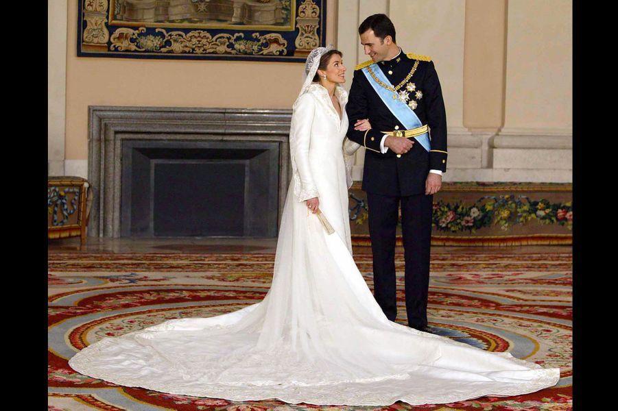 La princesse des Asturies Letizia Ortiz a épousé le Prince Felipe de Bourbon en 2004 à Madrid dans une robe Manuel Pertegaz.