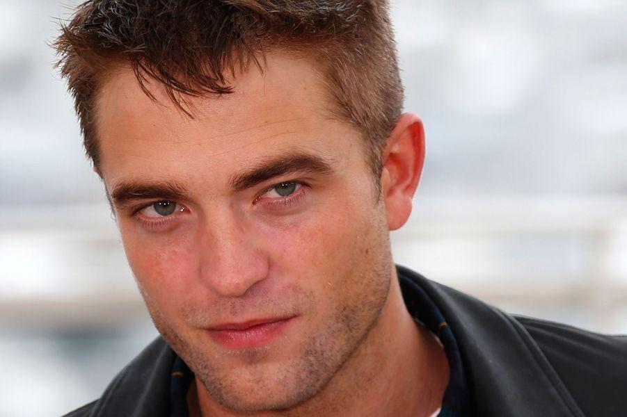 """Selon le «Daily Star», Robert Pattinson serait en bonne place pour rafler le rôle. «Disney cherche à faire durer la franchise Indiana Jones le plus longtemps possible (...) Rob est premier sur la liste parce qu'il a su se détacher de l'univers de """"Twilight"""".» Refroidi par la folie autour de la saga vampiresque, le Britannique de 28 ans s'est éloigné ces dernières années des grosses productions en choisissant avec soin ses nouveaux films. Après «Cosmopolis», «Bel Ami», «Maps to The Stars» de David Cronenberg, il sera bientôt à l'affiche du très attendu «The Rover.»"""