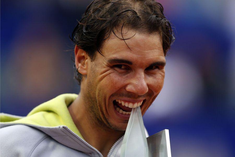 Rafael Nadal croque à pleines dents le trophée du tournoi de Bueno Aires, remporté après avoir battu l'ArgentinJuan Monaco.
