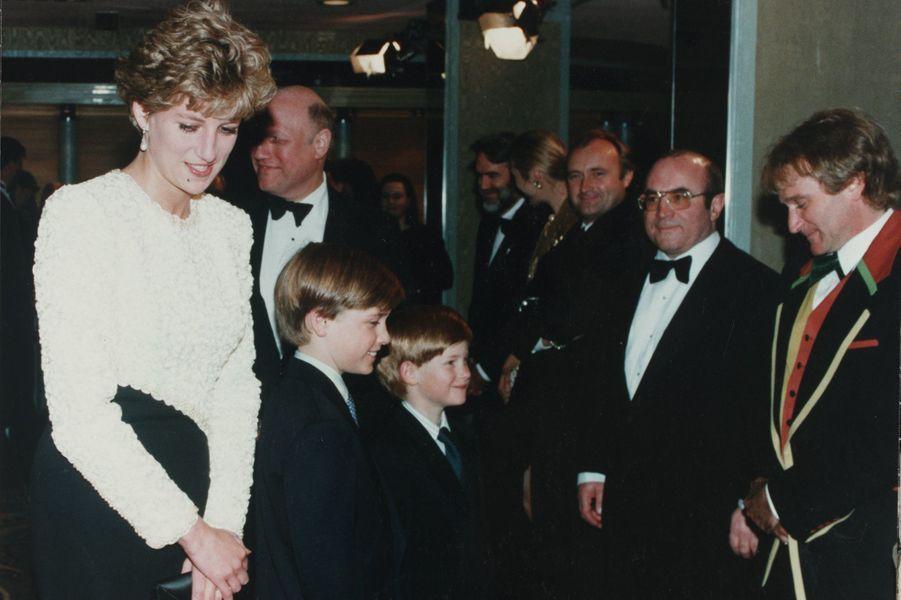 """Diana, les princes William et Harry rencontrent Robin Williams à la première de """"Hook"""" à Londres, le 8 avril 1992"""