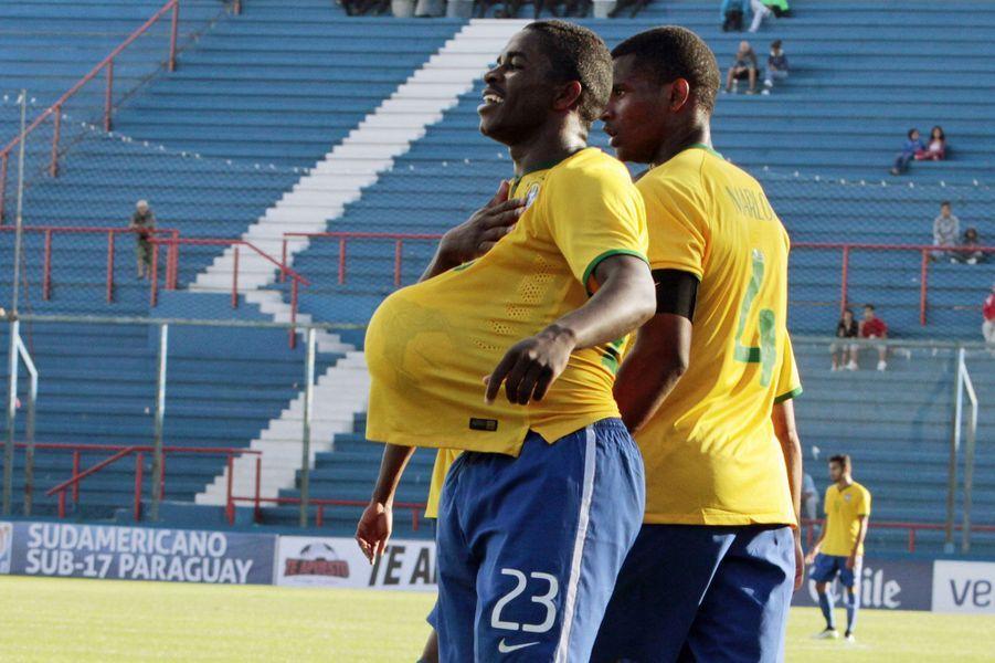Le Brésilien Yuri Mamute célèbre à sa façon un but face au Paraguay.
