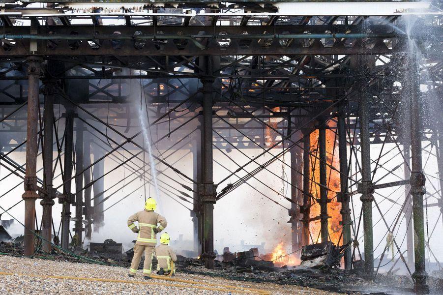 Spectaculaire incendie sur la jetée d'Eastbourne