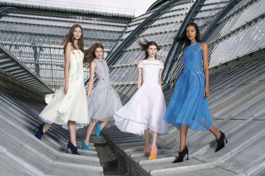 Pour son quatrième défilé haute couture, Raf Simons, le directeur artistique belge au style épuré, utilise les technologies de l'aérospatiale. Le passepoil qui dessine les plissés de ces quatre robes en soie est inspiré des combinaisons de cosmonautes.