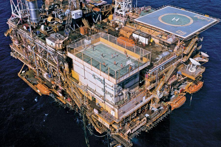 En plein océan Atlantique, au sommet d'une plateforme pétrolière de la compagnie brésilienne Petrobras, une cage est aménagée pour permettre aux employés de se défouler pendant leurs heures de repos. Avec la piste d'hélicoptère, c'est le seul moyen de rester rattaché au Brésil.