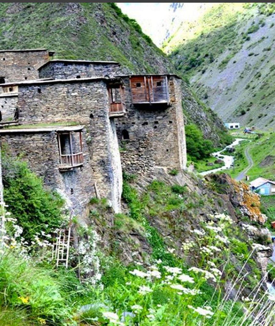 Certaines maisons paysannes tiennent encore sur le flan de la montagne géorgienne