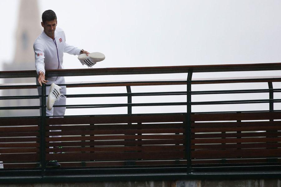 Toujours pour fêter son succès à Wimbledon, Novak Djokovic a lancé des chaussures à ses fans.