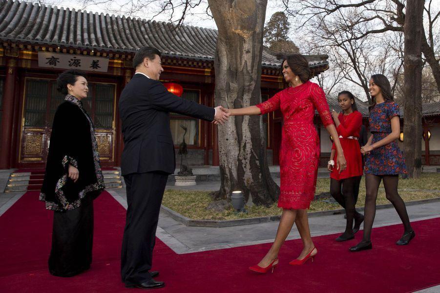 21 mars, la première dame est accueillie par le président chinois Xi Jinpinget son épouse Peng Liyuan à la maison d'hôtes d'Etat Diaoyutai à Pékin.