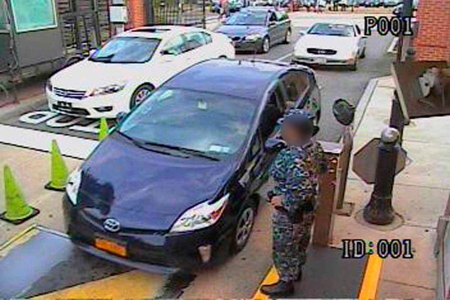 Le FBI a dévoilé plusieurs images des caméras de vidéosurveillance du Navy Yard de Washington, où un ancien soldat de 34 ans en pleine crise de démence a abattu douze personnes lundi 17 septembre.