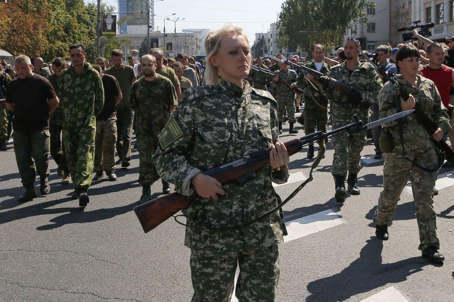 Défilé militaire des rebelles pro-russes