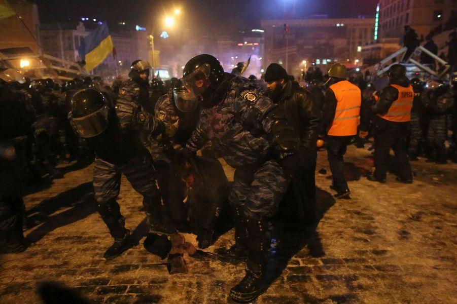 Les manifestants reculent mais ne cèdent pas