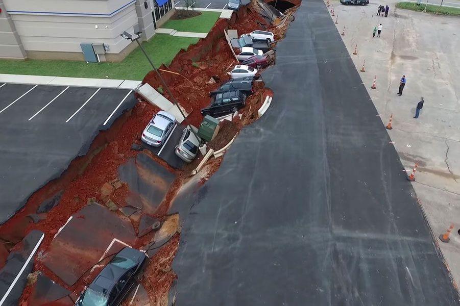 Un effondrement engloutit une dizaine de voitures