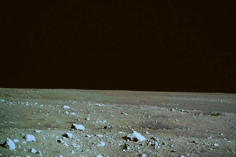 En devenant le troisième pays après les Etats-Unis et l'URSS capable d'envoyer un engin su la Lune, la Chine s'impose définitivement comme une grande puissance spatiale. Mais la sonde Rover Jade Rabbit, le lapin de jade, n'est qu'une première étape: l'Empire du milieu prévoit d'envoyer des hommes sur notre satellite en 2025. En attendant cet exploit technologique qui nous rappellera les riches heures de la Nasa à la fin des années 60, voici les premières images communiquées par la sonde chinoise.