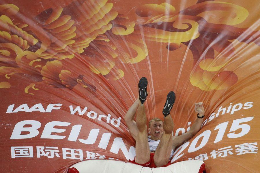 Le Polonais Piotr Lisek lors de la finale homme du saut à la perche à Pékin.