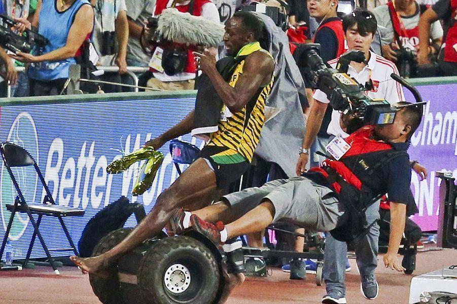 Alors qu'il fête sa victoire à Pékin, Usain Bolt chute, bousculé par un cameraman en Segway.