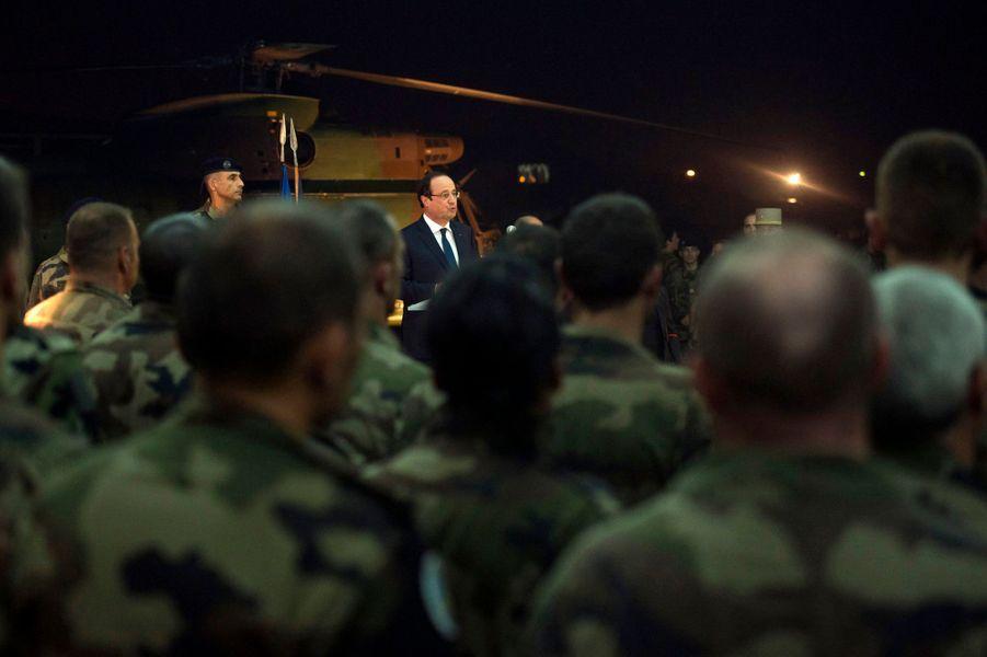François Hollande rend hommage aux soldats tués