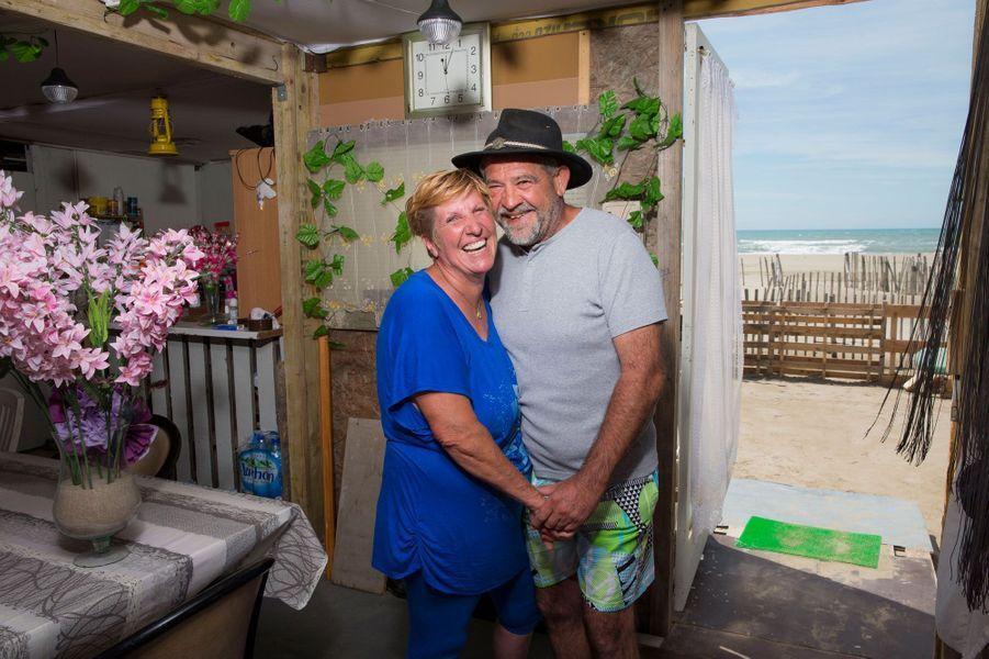 Marie 56 ans, et son mari Léo, 55 ans, dans leur caravane devant la mer. Is sont campeurs à Piémanson depuis 40 ans.