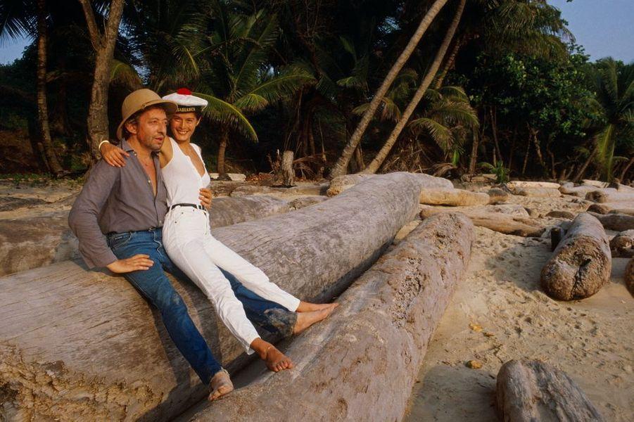 Richard Jeannelle a surpris lecouple torride au Gabon où l'acteur-chanteur-réalisateur va tourner« Equateur ». Gainsbarre casqué trèscolonial, Bambou en pompon rouge(ça porte bonheur) : ils s'aimentdepuisdeux ans et Lulu va naître le5 janvier 1986. La 13e édition duParis-Dakar (1991), les obsèques deMitterrand à Jarnac, le 11 janvier1996 et mêmeCharles Trenetfêtantson demi sièclede carrièreau bord de sapiscined'Antibesn'ont pas résisté auromantisme de lascène « Je t'aime…moi non plus».