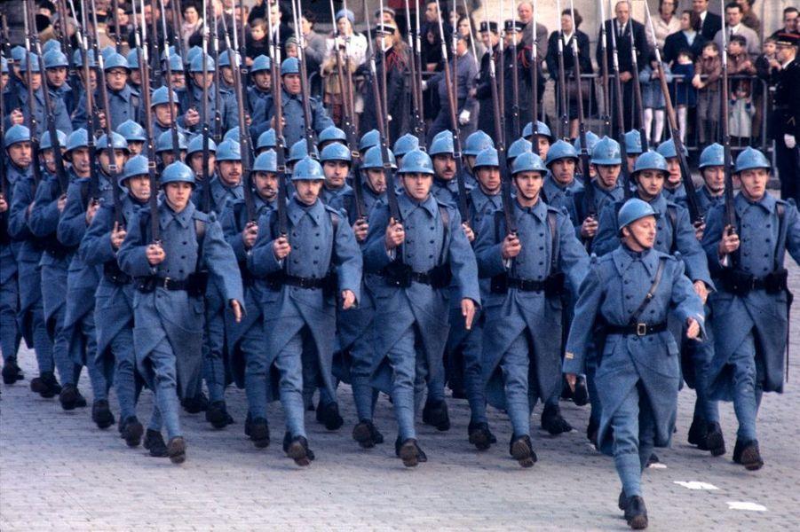 Seuls les costumes civils desspectateurs annoncent l'année.Le bleu horizon éclaire à nouveaules Champs-Elysées, cinquanteans ans après le défilétriomphal de 1918, une célébrationque ne pouvait pasmanquer Patrice Habans. Vousn'avez pas hésité à donner unelarge victoire à nos soldats,devançantCloclo et ses Clodettessur lestoits de Paris,Daniel Gélinen famille àSaint-Tropez,NathalieBaye etLaura, 9 jours,la fille de Johnny.