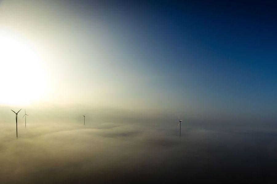 Lever du jour au-dessus des nuages un matin d'hiver. Aller bosser n'est pas toujours un plaisir, mais parfois certains aspects le rendent plus a...