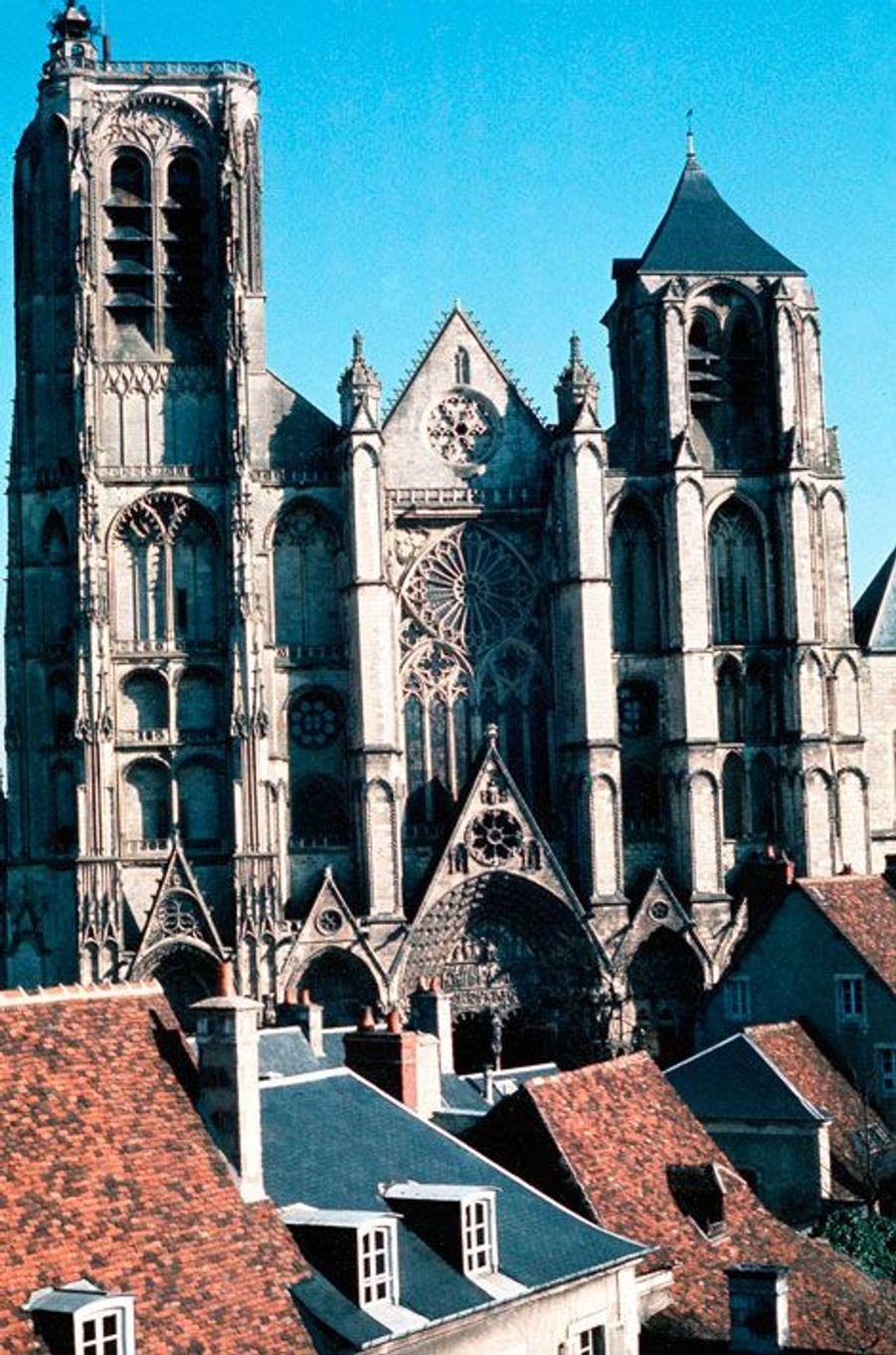 Inscrite au patrimoine mondial de l'UNESCO en 1992, la cathédrale de Bourges et son style précurseur en font l'une des plus réputées de France. Construite en 1195, les travaux ont pris fin en 1230.