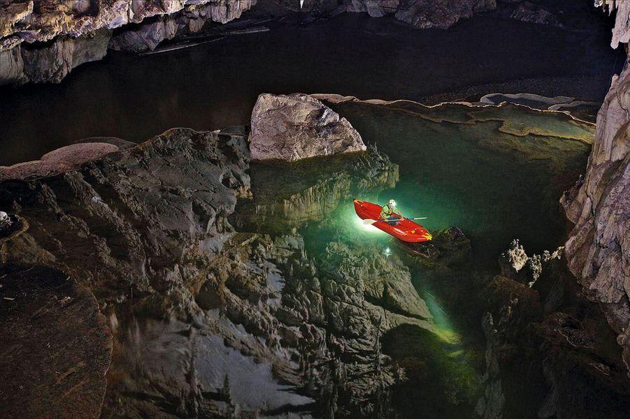 Aujourd'hui, on peut facilement découvrir les grottes de Tham Lod en suivant la rivière Lang qui les traverse. Proches de Bam Muang Pam en Thaïlande, elles abritent des sarcophages millénaires et des peintures rupestres : une civilisation encore inconnue.