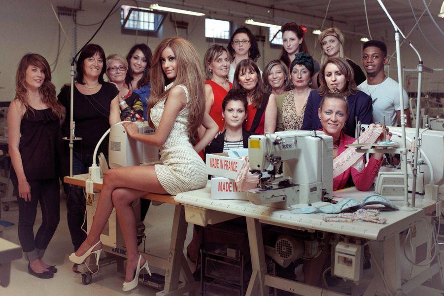 Elles posent sur sa cambrure un oeil de professionnelles. Zahia pourrait bien réhabiliter l'art de la lingerie sexy et sophistiquée. En 2011, la jeune femme qui enchaînait les fêtes séduit Karl Lagerfeld. Il la prend plusieurs fois en photo. Deux mois plus tard, elle sort sa première collection haute couture. Elle lancera en juillet prochain sa ligne de prêt-à-porter. Le train de vie de star que mène Zahia ne l'empêche pas de travailler pour s'imposer. Au boulot, la patronne n'est pas aussi évaporée qu'elle en a l'air. Elle décide de tout. Son sérieux pourrait faire oublier ses frasques de noctambule. Sa dernière entreprise : une boutique salon de thé ouverte avec le jeune premier des pâtissiers, Sébastien Gaudard. Ci-dessus: en robe Chanel, chez Les Atelières, à Villeurbanne, des salariés de la célèbre marque reconvertie dans la bonneterie haut de gamme.
