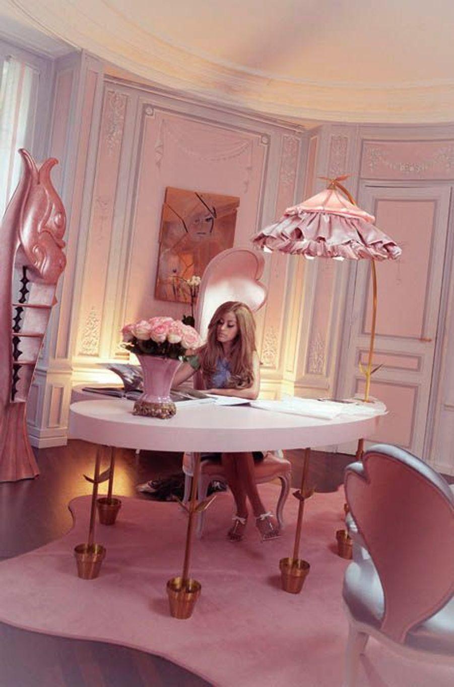 Le bureau parisien où elle a tout dessiné elle-même, du tapis aux dossiers des chaises. Du rose, des coeurs... Ses fétiches.