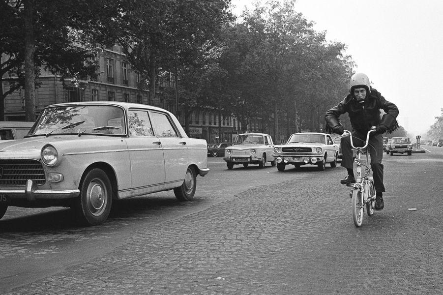Le temps d'une chanson, Jacques Dutronc circule en « Mini-mini-mini ». Paris, France. Septembre 1966.