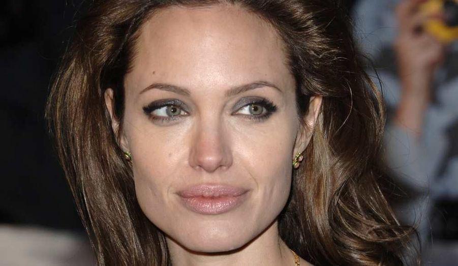 """Une statue d'Angelina Jolie en train d'allaiter deux bébés simultanément a été sculptée par l'artiste Daniel Edwards. L'œuvre en bronze sera dévoilée à l'Oklahoma City Metro en septembre, à l'occasion de """"la Semaine de l'allaitement au sein"""". """"Nous pensons que cette statue envoie un beau message en faisant la promotion de l'allaitement en public. Les mères doivent être encouragées à allaiter leur enfants partout"""", a expliqué Sandy Wilson de Phantom Financial, la société à l'origine de cette commande. A noter que l'actrice n'a pas participé à l'élaboration de cette statue. Ce sont ses photos parues dans le magazine W qui auraient inspiré le sculpteur. Ce dernier utilise régulièrement des images de célébrités pour ses projets artistiques."""