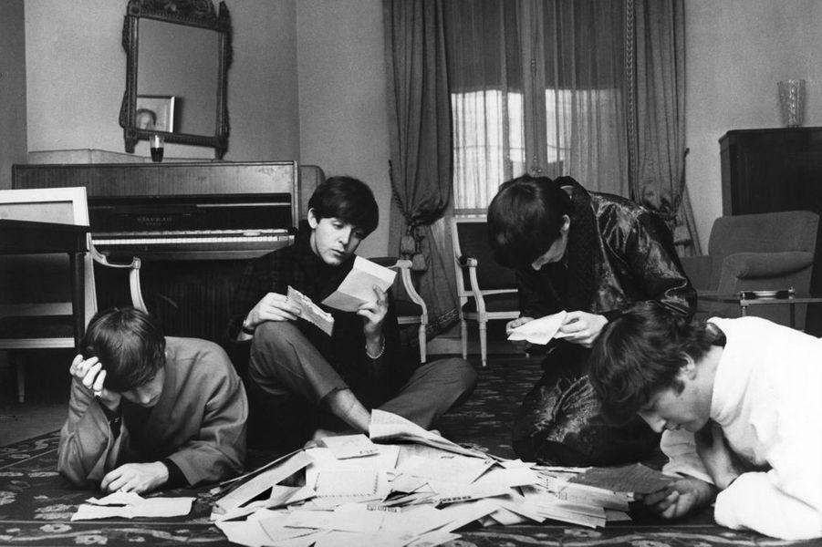 """« Un grand sac de lettres de fans était déposé dans leur suite au George V tous les jours et les Beatles s'asseyaient et lisaient les lettres en regardant les photos que les filles avaient jointes. Et qui selon vous avait le plus de lettres de fans? Ringo!» En 1964, le photographe écossais Harry Benson immortalisait le passage des Beatles à Paris, par des clichés sublimes en noir et blanc pris dans la suite qu'occupaient les rois de la pop. Cinquante ans plus tard, le Four Seasons Hôtel George V rend hommage aux travaux du photographe en lui consacrant une exposition, «I Feel Fine», du nom d'un titre qu'a composé Paul McCartney dans la chambre d'hôtel. Tous les commentaires des photos sont de Harry Benson."""" I Feel Fine """" ‐ Exposition des photos des Beatles prises par Harry Benson au George V Du 15 au 30 juin 2014, dans le hall et en face du bar Four Seasons Hotel George V 31 avenue George V, 75008 Paris."""