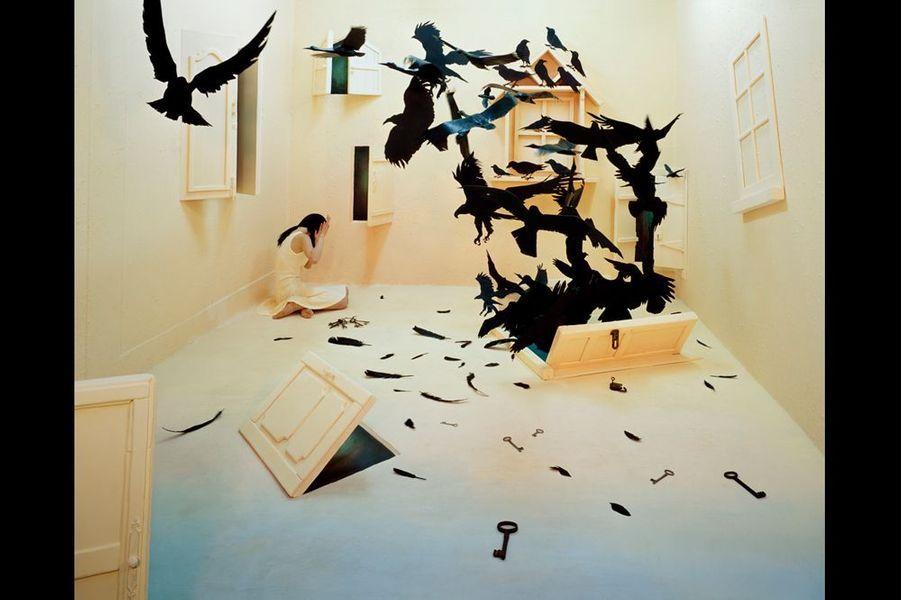 Depuis 2007, l'artiste contemporaine imagine dans son appartement-studio de trois mètres soixante sur six un monde féérique hanté par ses états d'âme. Elle immortalise ensuite la scène grâce à son appareil photo.