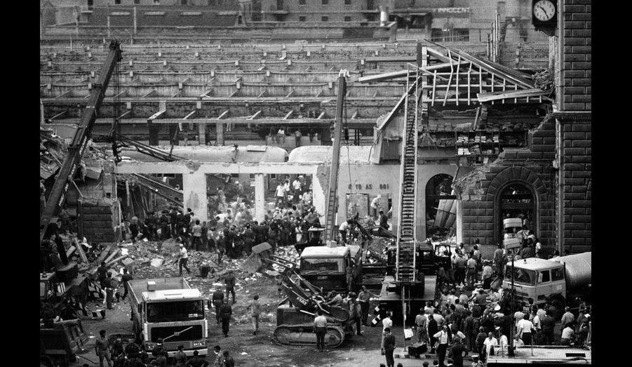 Août 1980. Des secouristes fouillent les décombres de la gare de Bologne en Italie, à la recherche de survivants. La bombe, œuvre de l'extrême-droite, avait explosé dans la salle d'attente de deuxième classe, tuant 84 personnes et en blessant 200 autres.