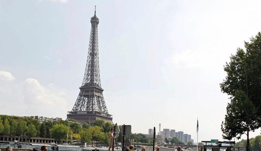 La Tour Eiffel fête ses 120 ans ! A cette occasion, le monument payant le plus visité au monde s'offre un petit ravalement de façade, le 19e depuis soninauguration le 31 mars 1989. Une campagne de peinture qui va employer 25 ouvriers sur un an, et utiliser quelque 60 tonnes de peinture.
