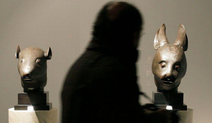 """Cai Mingchao, conseiller pour une fondation chinoise spécialisée dans la récupération d'oeuvres ou d'objets d'art pillés, s'est présenté comme l'acquéreur des deux bronzes chinois controversés de la collection de Pierre Bergé et Yves Saint Laurent, tout en ajoutant qu'il lui serait impossible de payer. Les deux sculptures, une tête de rat et une tête de lapin, dont la Chine avait tenté en vain de faire interdire la vente en début de semaine dernière, ont été dérobées en 1860 au Palais d'été de Pékin, pendant la seconde guerre de l'opium. Elles ont été cédées chacune pour 15,745 millions d'euros à un acheteur anonyme par téléphone. """"Je n'ai fait qu'endosser pleinement mes responsabilités"""", a déclaré le Chinois."""