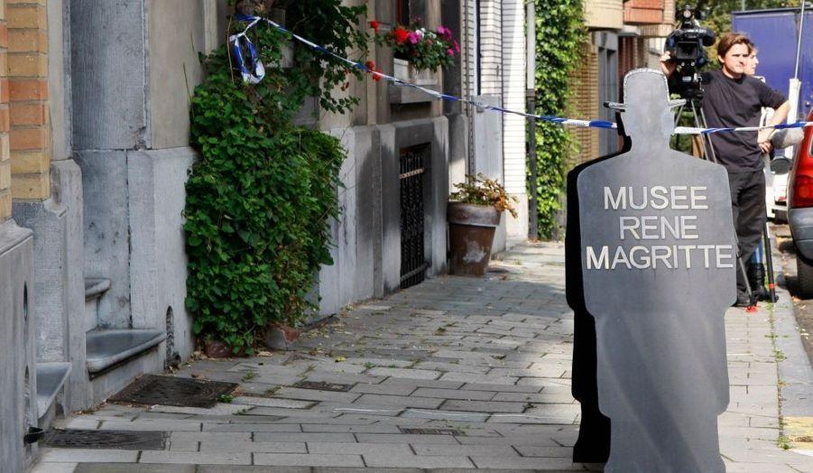 """Deux hommes ont volé jeudi matin un tableau de René Magritte, """"Olympia"""", au musée consacré à l'artiste surréaliste belge à Bruxelles. L'oeuvre, datant de 1948 et qui représente une femme nue dans un paysage de bord de mer, est estimé à 750 000 euros, a déclaré la police belge."""