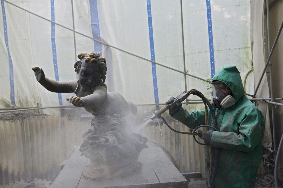 Vincent Chouachi, chaudronnier, élimine les peintures anciennes.
